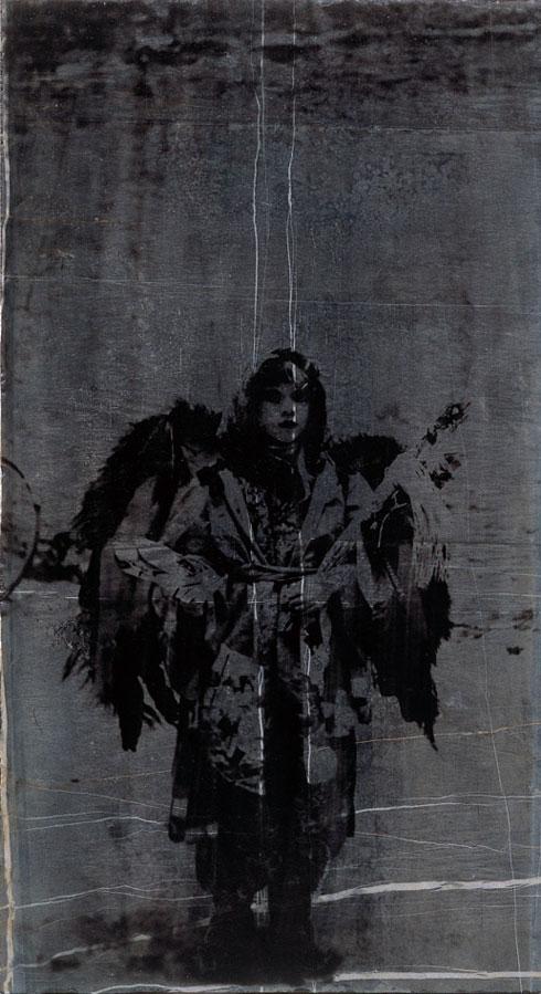 Baggårdsengel, 2003. Fotoemulsion på sort marmor, 60 x 30 cm.